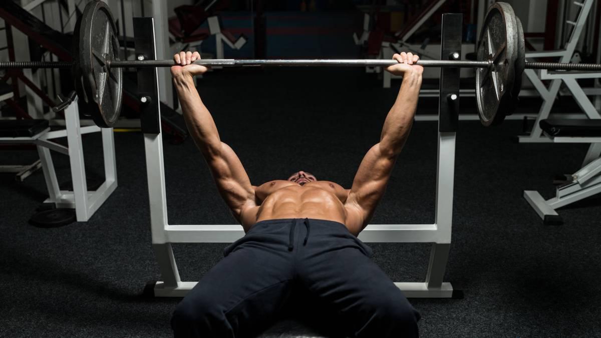 entrenador personal haciendo pesas
